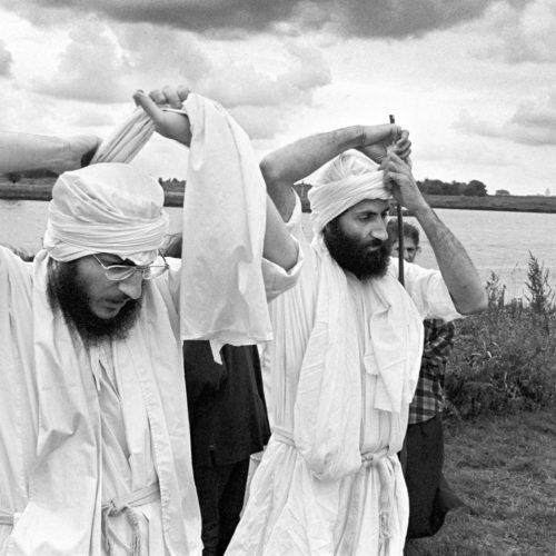 Aramees sprekende Mandaeers bij een doop plechtigheid aan de oevers van de Lek bij Utrecht. Hier twee priesters die hun gewaden aantrekken voor ze de dopelingen ten doop brengen. Het zijn asielzoekers uit Irak die ondanks alles hun rituelen doorzetten Datum : 24-08-1998 Copyright : Stijn Rademaker