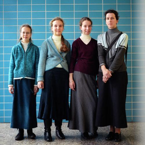Nederland, Utrecht, 22 Februari 2007 Moeder en haar dochters op de gezinsbeurs.